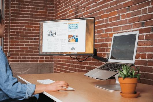 Ноутбук с монитором удобно для глаз